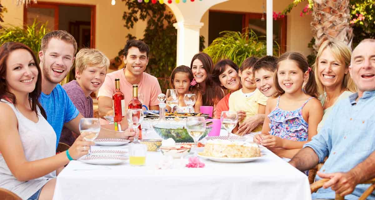 grote familie samen eten buiten