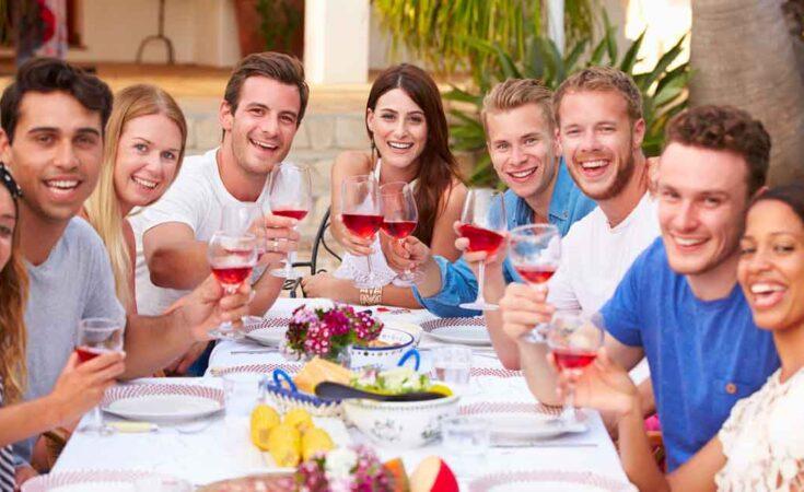 vriendengroep vakantie buiten eten